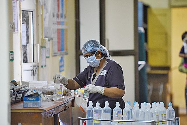 印度出現類似豬流感病毒,已造成數十人死亡。圖為2017年8月印度一家醫院的H1N1隔離病房的醫護人員。(AFP)