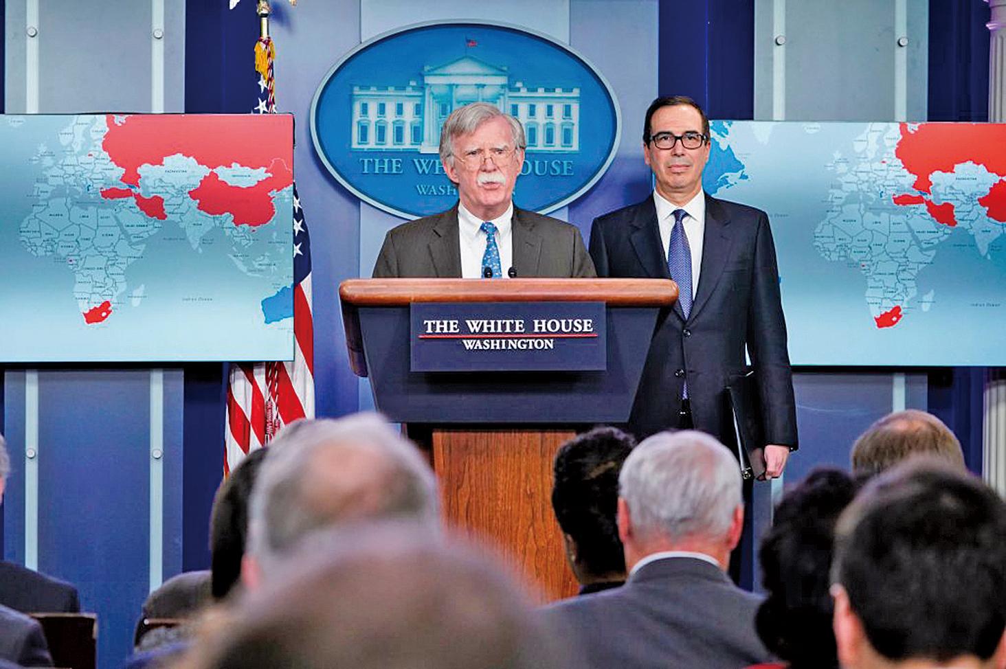 1月28日,美國財政部長梅努欽與國家安全顧問博爾頓在白宮宣佈,針對委內瑞拉國營石油公司(PDVSA)實施制裁。(AFP)