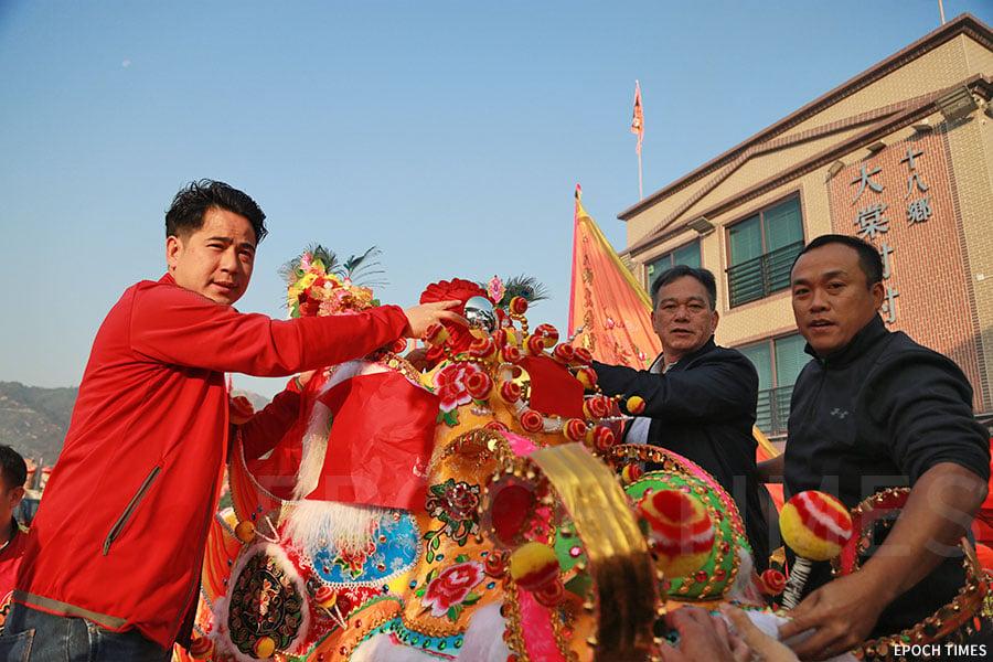 大棠村代表為金龍簪花掛紅。(陳仲明/大紀元)