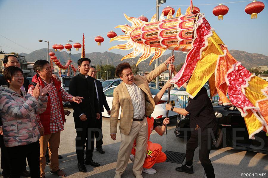 十八鄉鄉事委員會主席、大棠村原居民代表梁福元舉起龍尾。(陳仲明/大紀元)