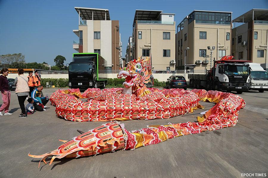 全新製作的金龍全長約六十米,龍頭重約十六公斤,連龍頭、龍珠共分為二十八節,每次需要三十人舞動,巡遊期間需要約三百名健兒輪流上陣。(陳仲明/大紀元)