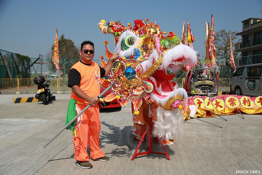 大棠金龍由傳統文化藝術紮作師冒卓祺等八人共同製作。(陳仲明/大紀元)