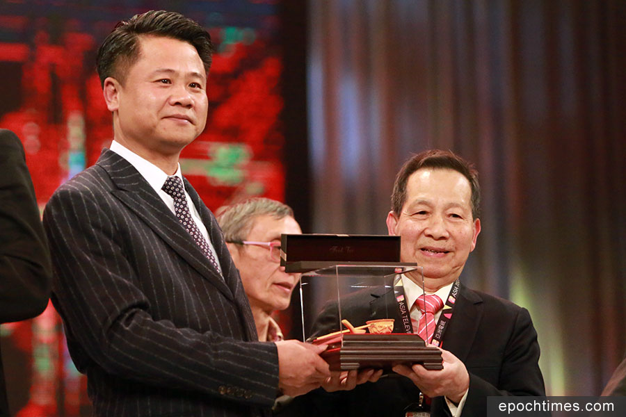 程啟光(右)在亞視工作58年,獲頒長期服務榮譽大獎。(陳仲明/大紀元)