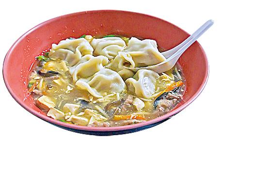 把餃子放到酸辣湯中,就成了酸辣湯餃。