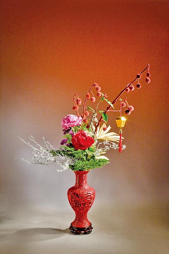 年花〈元亨利貞〉花材中運用了芍藥為主角(中華花藝文教基金會提供)