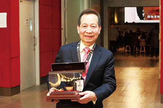 程啟光服務58年,從1961年19歲時加入亞視,獲頒發金飯碗金筷子及手錶帶。(陳仲明/大紀元)