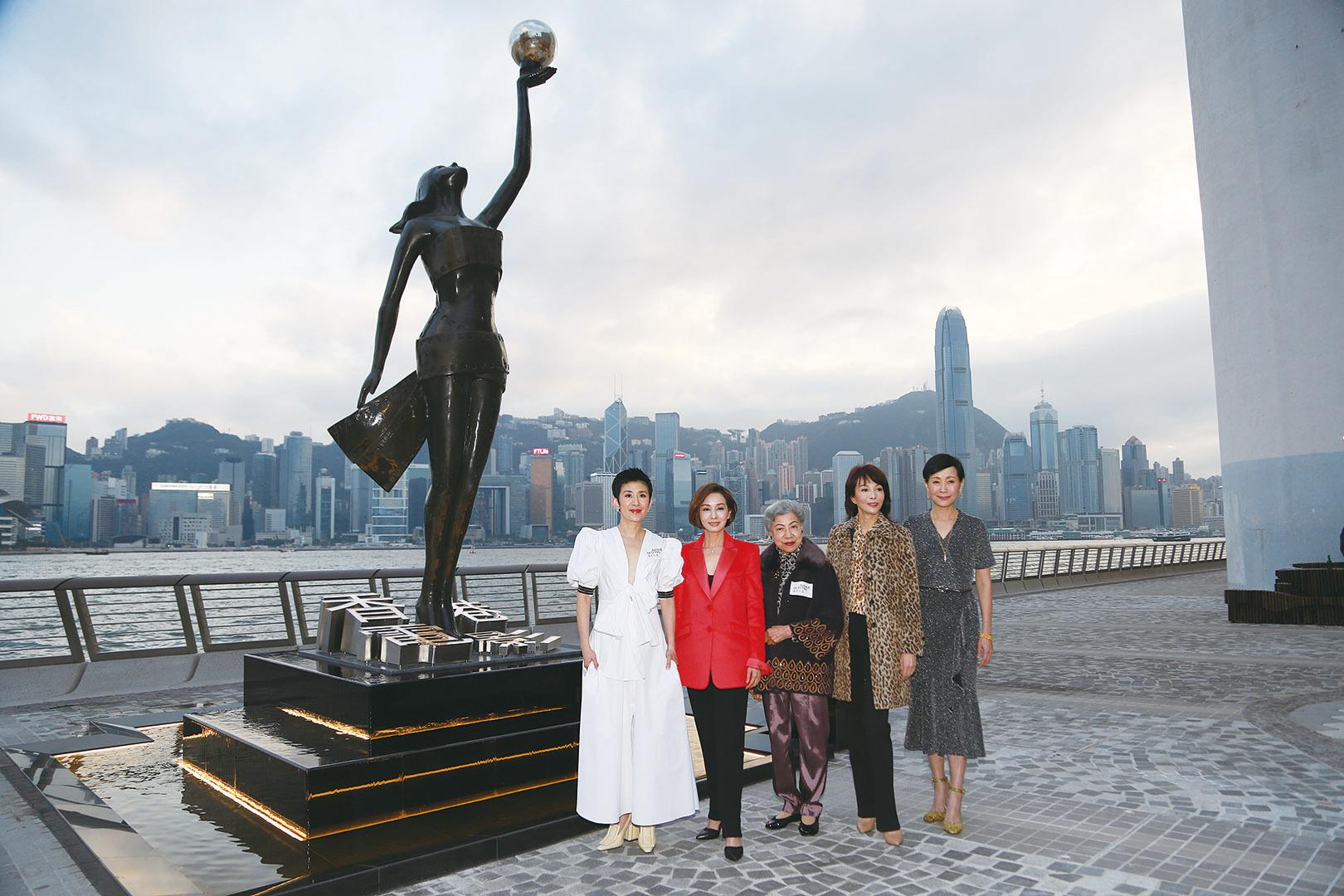 (左至右)吳君如、毛舜筠、羅蘭、鄭裕玲和葉童五名金像獎「影后」,獲邀出席星光大道開幕儀式。(Ming Wong/大紀元)