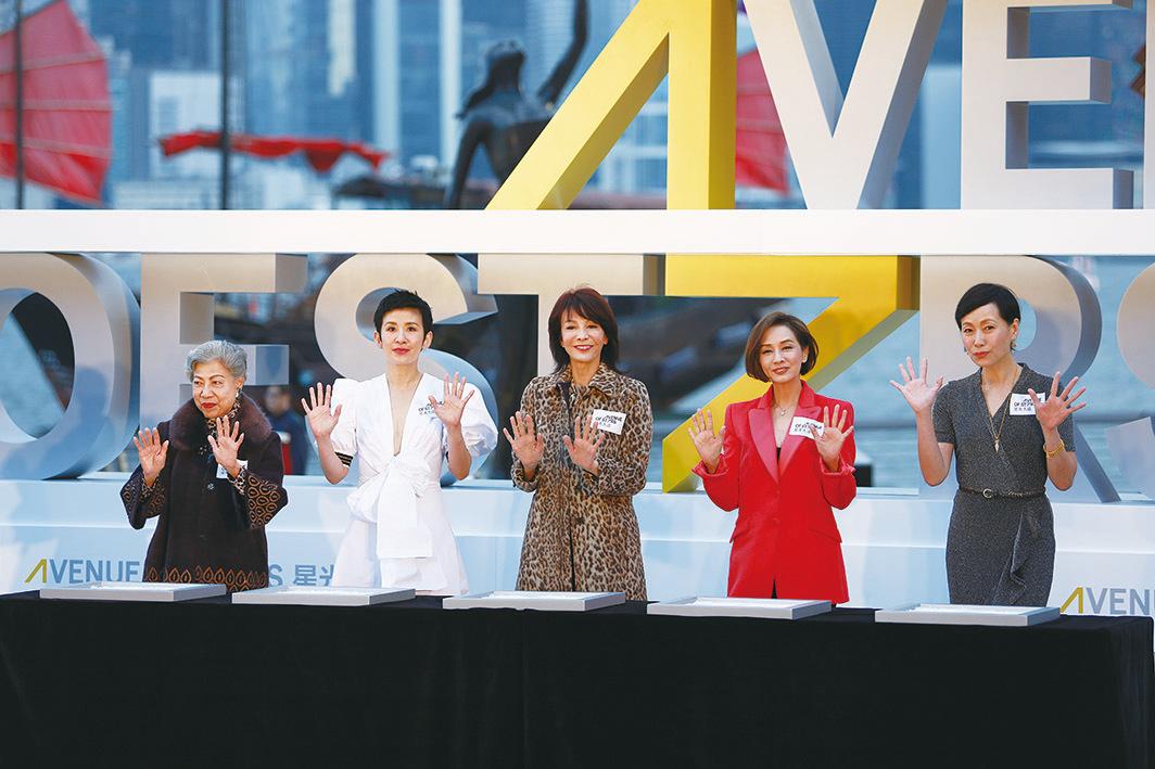 (左至右)羅蘭、吳君如、鄭裕玲、毛舜筠、和葉童五名金像獎「影后」,為星光大道開幕儀式「打掌印」。(Ming Wong/大紀元)