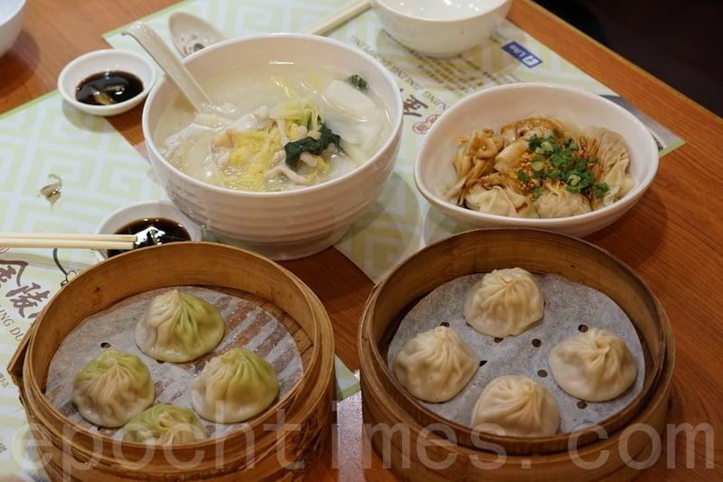 這次揀了招牌金陵湯包(右下)、翡翠蝦肉湯包(左下),紅油抄手(右上)和上海湯年糕。
