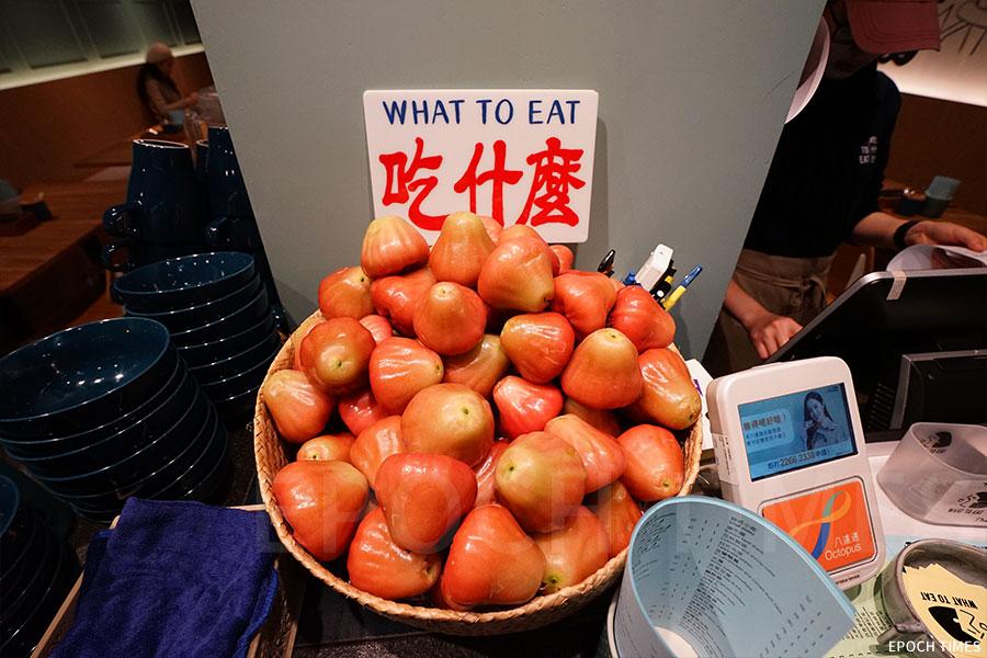 「吃什麼」餐廳的很多食材都來自台灣。堅持做地道的台灣味道,是小店的一大經營原則。(陳仲明/大紀元)
