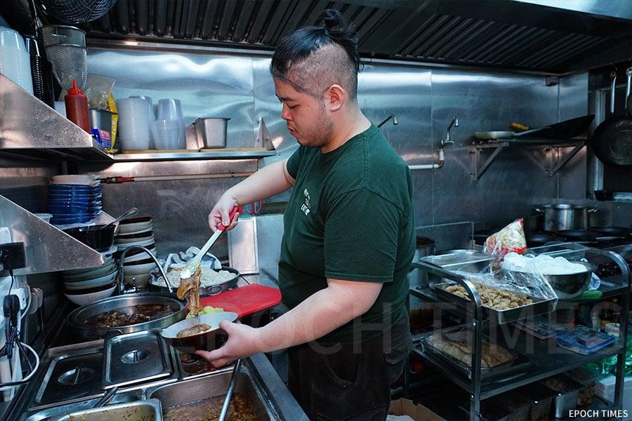 大廚Simon是本地人,熱愛台灣文化和美食。(陳仲明/大紀元)