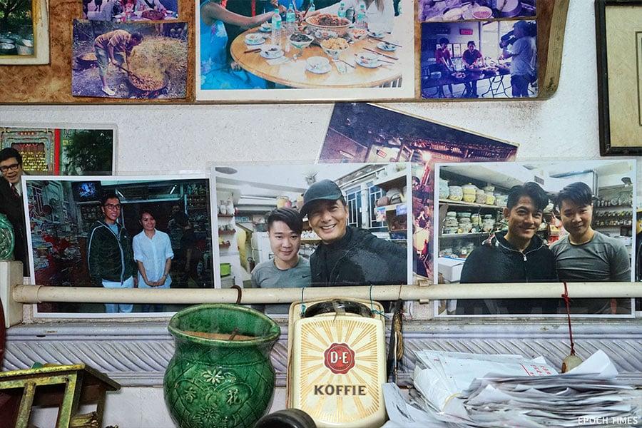 餐廳內貼有前來光顧明星的照片(左邊照片是發哥,右邊是郭富城)。(陳仲明/大紀元)