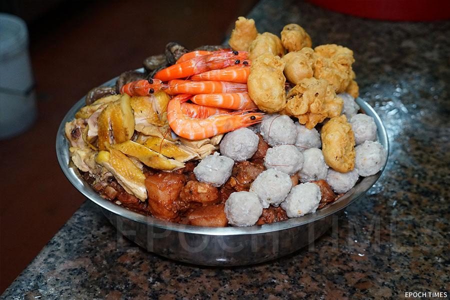 盆菜擺放方法講究。味道清淡的放在底層,可以吸收湯汁;濃味的豬腩肉放在中間,珍貴食材則放在最頂。(陳仲明/大紀元)