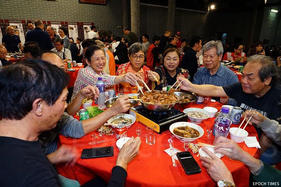 臨近歲晚,數百賓客在祠堂內,品嚐俗稱「九大簋」的廣東傳統盛宴。(陳仲明/大紀元)