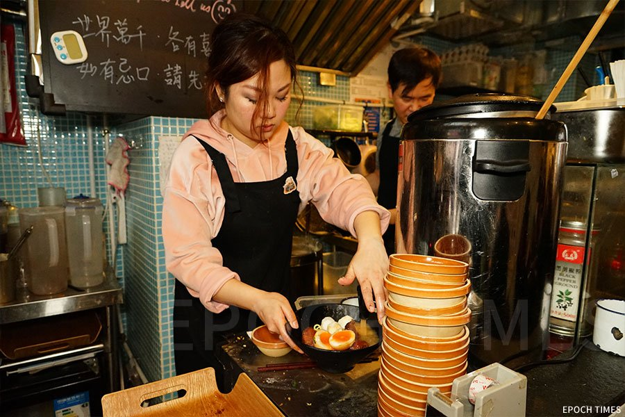蜜斗的車仔麵湯底,是雞肉麵豉木耳湯,每朝用三、四個小時熬製。(陳仲明/大紀元)