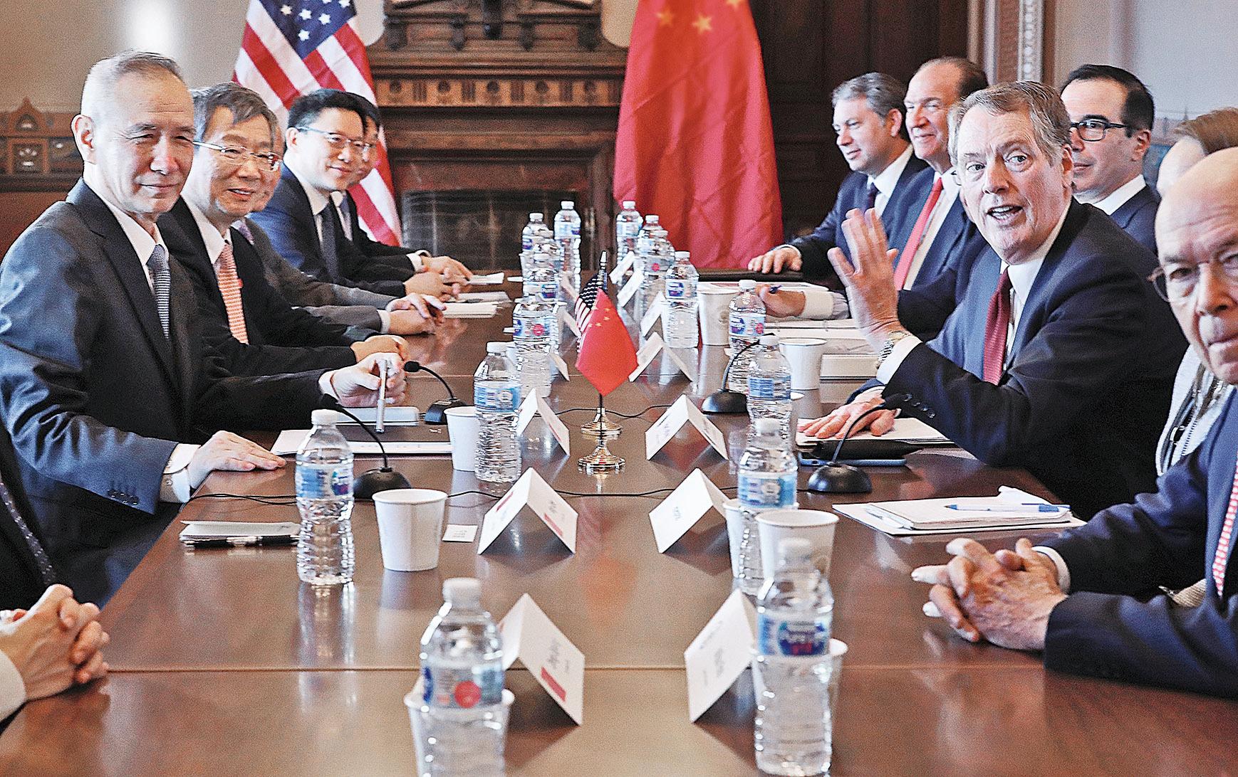 中美高層貿易談判30日在白宮的艾森豪威爾行政辦公大樓展開,引發外界廣泛關注。圖中左一和右一分別是代表中方的劉鶴與代表美方的萊特希澤。 (Getty Images)
