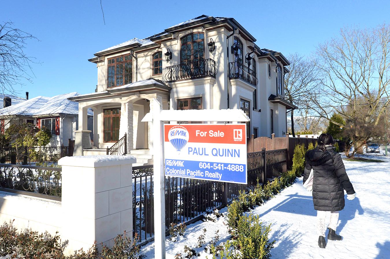 目前,溫哥華買獨立屋的家庭收入得23萬多,多倫多得15萬多,很多人買不起,望房興嘆。(加通社)