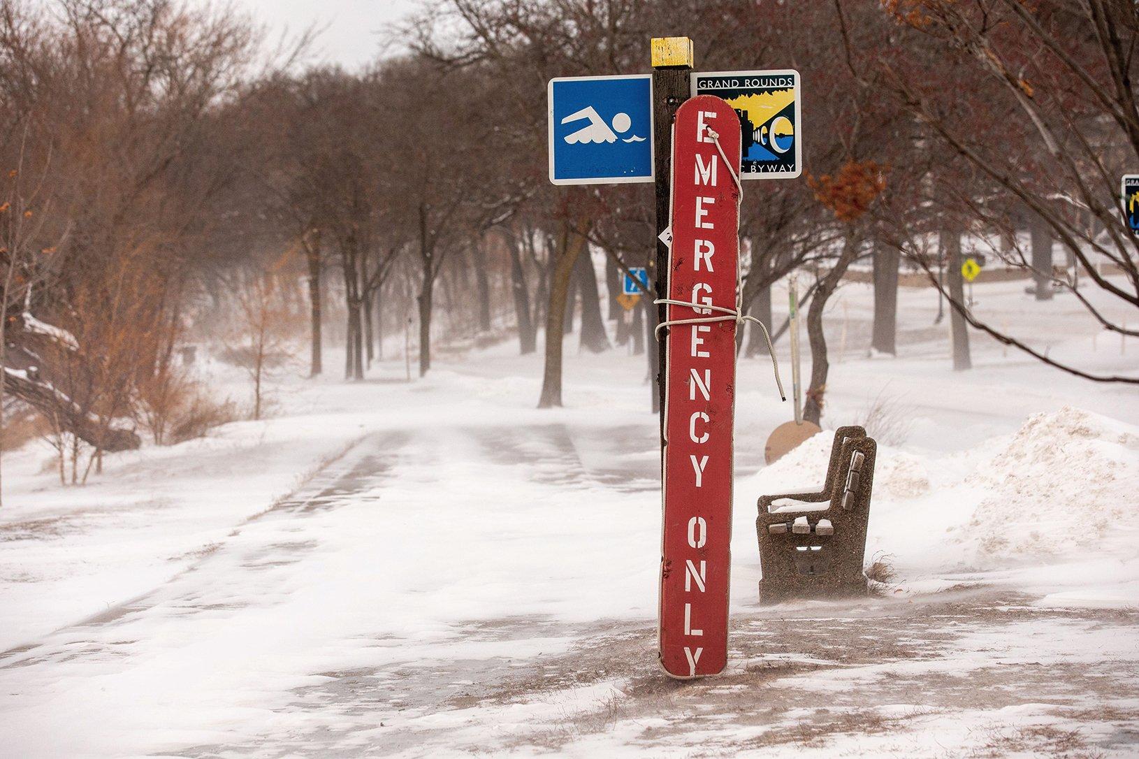 """週三(1月30日),極地漩渦侵襲美國中西部地區,多州出現冰凍天氣,多人因嚴寒死亡,一些學校關閉,數千航班取消,多州暫停郵件投遞服務。氣象預報發出罕見警告,人們在戶外一定要閉嘴不言。未來幾天,美國約有2.12億人(占美國大陸人口的72%)將遭遇冰點以下氣溫。超過8,300萬美國人(約占美國人口的25%)在週三至下週一之間的某個時間點將遭遇罕見低溫天氣。""""今日美國""""報導,本周至少有7人死於天氣寒冷的極端情況,美國有線電視新聞網(CNN)報導說,至少5人死亡。當局正在敦促人們留在室內,敦促及時照料老人和弱勢群體,專家們稱這次寒流是""""一代人中最冷的寒流""""。數千航班取消週三早上,明尼蘇達州在國際瀑布(國際瀑布)風寒效應下低溫達零下46攝氏度,明尼阿波利斯風寒效應低溫達零下47.7攝氏度,愛荷華州得  因報告了零下41攝氏度的風寒效應低溫,芝加哥風寒效應低溫達零下46攝氏度。寒流也導致整個受影響地區旅行中斷。根據FlightAware.com的數據,週二和週三有超過3, 美國(Amtrak)取消了周三和周四從芝加哥出發的所有列車。西部地區的氣溫比格陵蘭島和阿拉斯加州的氣溫更冷,也比美國南極洲考察點麥克默多站(McMurdo Station)的氣溫要低,週三那裡的低溫是零下31攝氏度。根據國家氣象局的說法,零下31攝氏度的風寒可以在5到15分鐘內凍結人類皮膚。霍士新聞高級氣象學家傑尼斯迪恩(Janice Dean)在「FOX和朋友們」節目中說,週三到週四,冷空氣將繼續覆蓋該地區,一些地區可能在一夜之間達到零下56度的風寒效應低溫。迪恩說:「中西部和五大湖區遭遇北極寒流侵襲,今天早上整個地區都面臨危險的低溫風寒。""""「對於許多人來說,氣溫遠低於零度,風寒效應低溫在零下28華氏度至零下56華氏度之間, 持續到週四早些時候,低溫在創下有史以來新低。""""你真的不能在外面待上超過幾分鐘,因為你的臉會在這種溫度下被凍結。""""她補充道。氣象警告:在戶外最好閉嘴此次嚴寒已經導致至少5人死亡。愛荷華州的預報警告人們,中西部遭遇嚴寒,在戶外要閉嘴,如果計劃外出,要確保包裹住身上任何皮膚,並確保他們的汽車有供應。預報警告說:「此外,確保你在戶外閉嘴,以保護你的肺部免受嚴重冷空氣侵襲。""""""""避免深呼吸;盡量減少說話。""""國家氣象局得梅因辦事處在週二的預測討論中表示,北極寒流將成為「我們許多人將經歷過的最寒冷天氣」。該機構表示,「這些都是創紀錄的寒冷溫度,在愛荷華州21世紀沒有出現的風寒低溫數值。""""週三,伊利諾伊州,威斯康辛州和密歇根州的州長宣布緊急情況,北達科他州和賓夕凡尼亞州數百  所公立學校和幾所大學取消了課程。◇"""