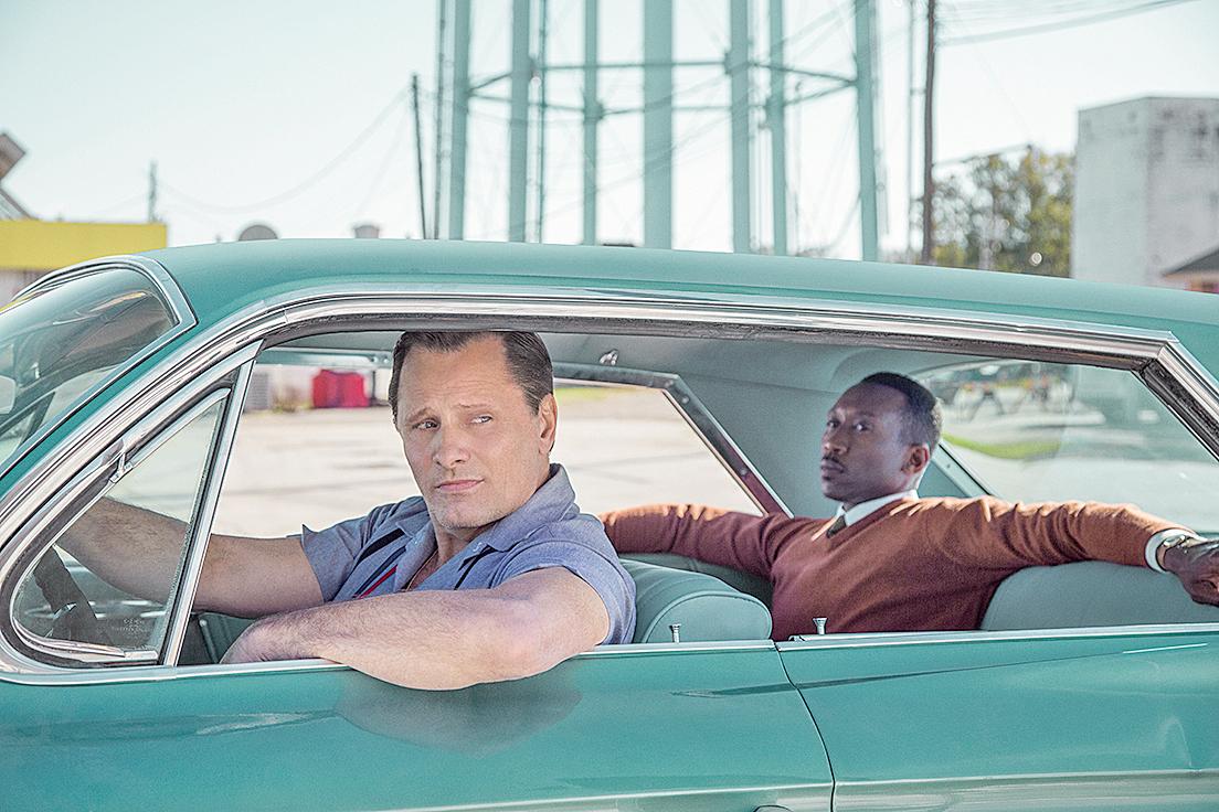 《綠簿旅友》大部份的重頭戲都安排在兩位男立角東尼(左)與雪萊(右)的旅行中,充份凸顯當時的種族歧視問題,且深刻描繪了兩人逐步建立友誼的過程。