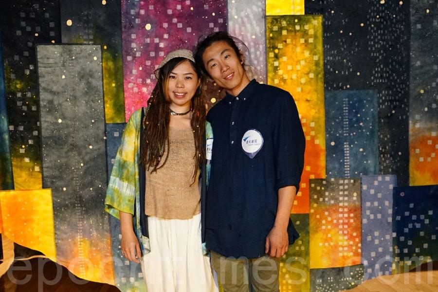 「巨人染」紮染技藝師蕭芷澄Siu(左)和張智晞Josh(右)。(曾蓮/大紀元)
