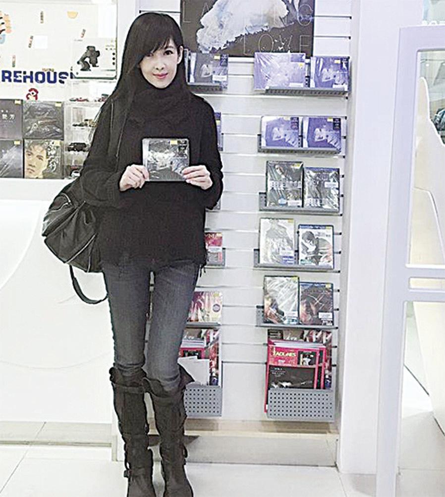 周慧敏31日在IG上曬出逛影音店的照片。(周慧敏IG)