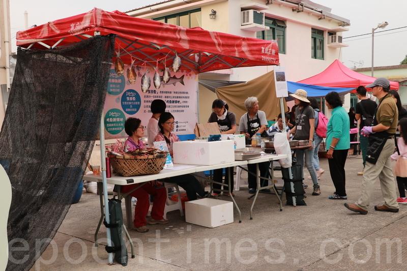 大生圍的村民蘭姨開設活動攤位,親手製作茶果、年糕,並提供「生態魚」供遊人品嚐,推廣本地漁業。(陳仲明/大紀元)