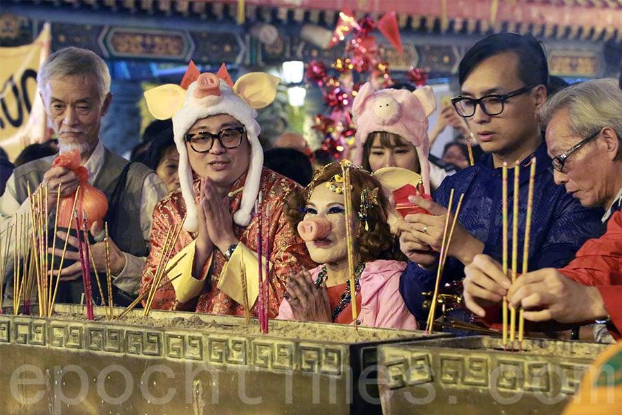 藝人黃夏蕙今年以「粉紅豬」造型,前往黃大仙祠上頭炷香。(陳仲明/大紀元)