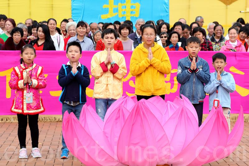 2019年2月5日大年初一,香港數百名法輪功學員向法輪功創始人李洪志先生拜年。圖為法輪功小弟子向師父拜年。(李逸/大紀元)