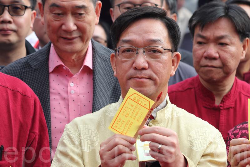 新界鄉議局主席劉業強在車公廟為香港求得八十六籤「中籤」。(李逸/大紀元)