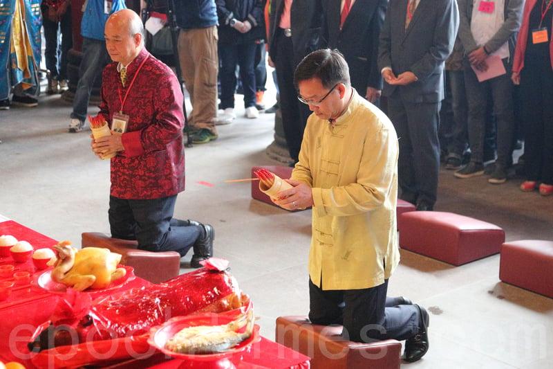 劉業強為香港求得八十六籤「中籤」,沙田鄉事委員會副主席李志麒則為沙田求得八十二籤「下籤」。(李逸/大紀元)