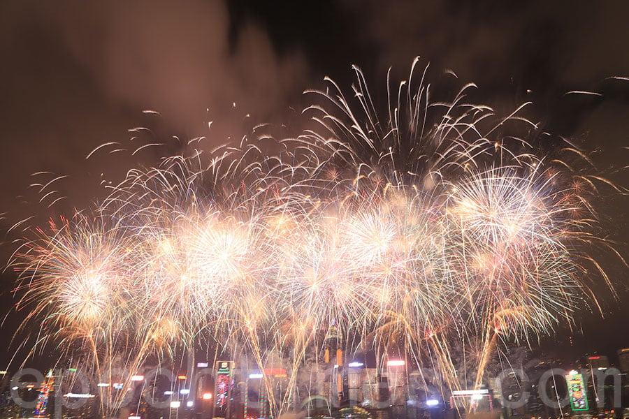 豬年煙花匯演,年初二晚上八點在維港上空舉行,歷時23分鐘。(陳仲明/大紀元)