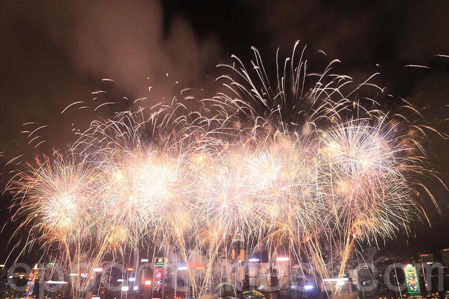 逾31萬人維港兩岸觀煙花 煙霧瀰漫遮「豬鼻」