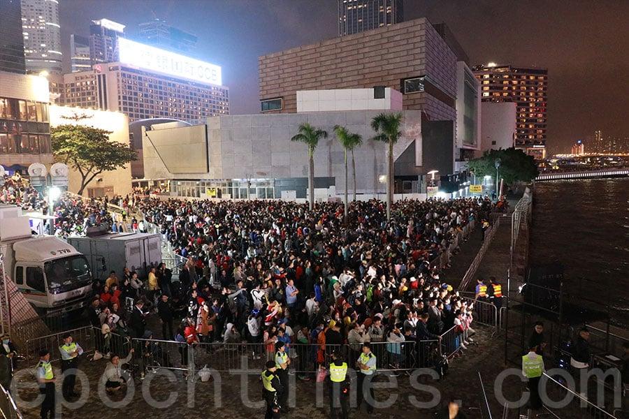 大批市民及遊客在尖沙咀海傍觀賞煙花匯演。(陳仲明/大紀元)