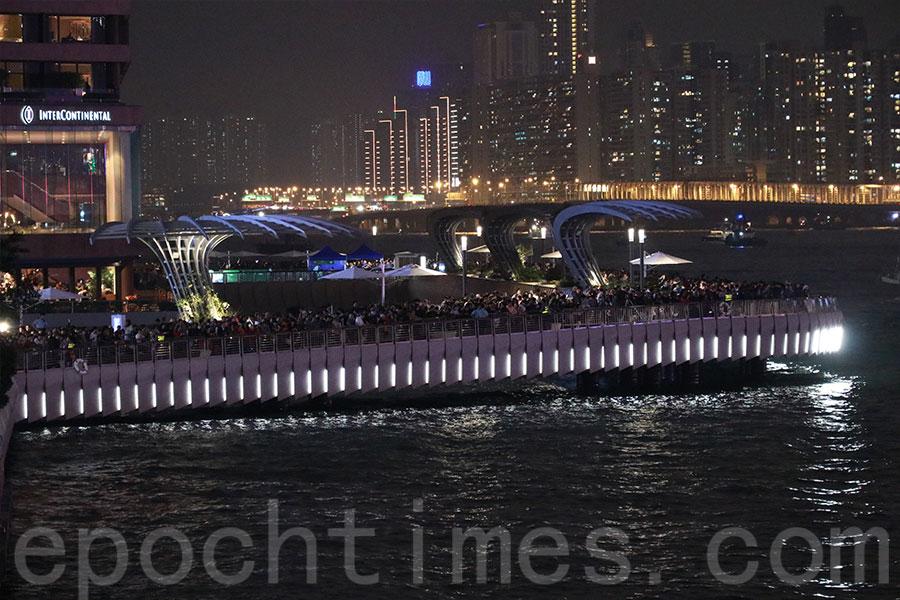 星光大道重開,吸引大批市民及遊客前來打卡賞煙花。(陳仲明/大紀元)