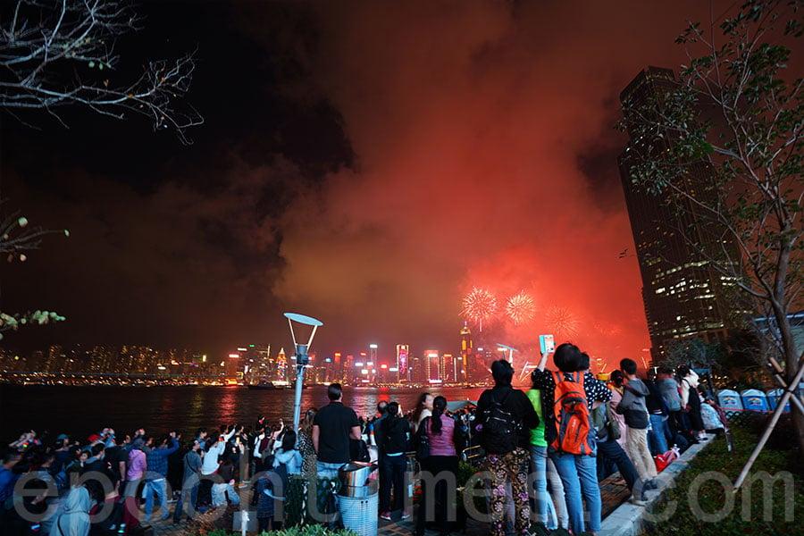 尖東海傍一帶有不少市民及遊客駐足觀賞煙花。(曾蓮/大紀元)