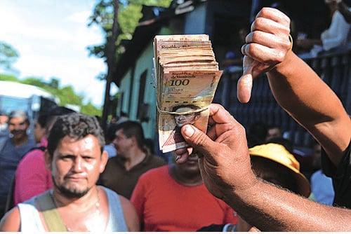 委內瑞拉蘊藏豐富石油,曾是南美最富裕國家,馬杜羅政權搞社會主義後,委內瑞拉錢大貶值,現78,839.2玻利瓦爾兌1美元。(GEORGE CASTELLANOS/AFP/Getty Images)