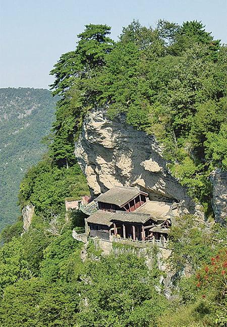 南巖宮上頂山巖下臨絕壁,緊緊鑲嵌在山體之上,似天然生成一般。(新紀元)