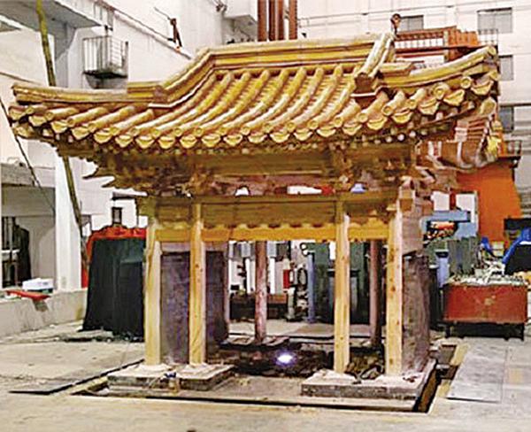 西方專家仿造紫禁城的建築結構,建造了一個複製品,該模型是原始尺寸的五分之一。將其建在地震模擬台上,方便進行地震測試。(影片截圖)