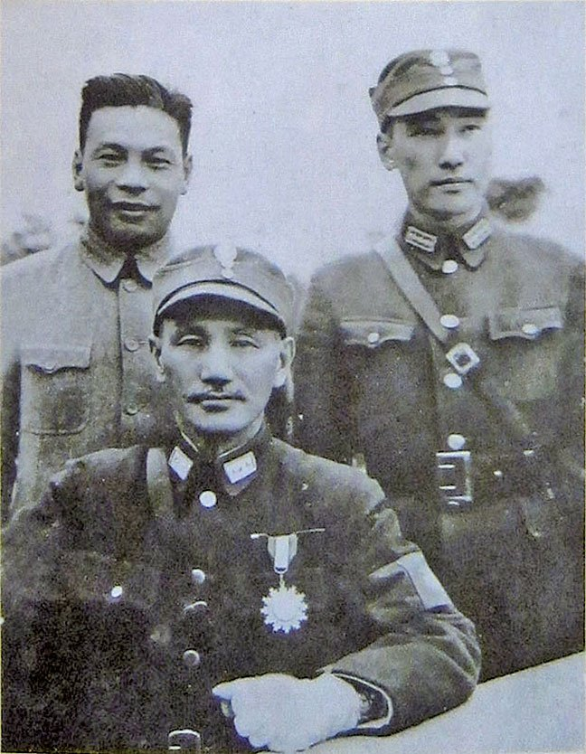 蔣介石(前)和兩個兒子蔣經國(後左)、蔣緯國(後右)。1940年代資料照。(維基百科)