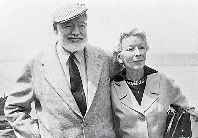 諾貝爾文學獎得主海明威年少時服役期間被彈片擊中雙腿,感覺靈魂從軀體內走了出來,如絲手帕四處飄蕩後重新進了口袋。圖為1960年海明威與妻子。(AFP)