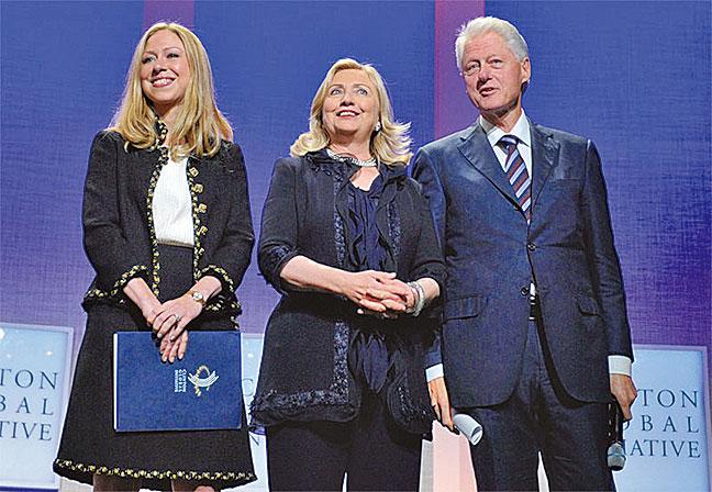 2005年9月,克林頓(右)在心臟搭橋手術過程中,看到黑暗中的死亡面具被光圈裏的妻女身影驅趕走了。圖為2011年9月克林頓與妻子希拉莉(中)、女兒切爾西(左)。(AFP)