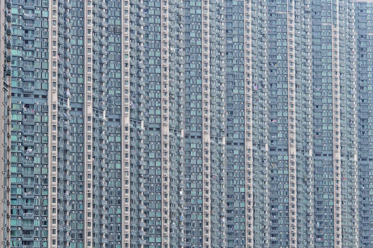 一項每年一度的研究報告顯示,香港連續九年成為全球樓價最難負擔的城市,是該報告首次錄得負擔能力超越20年的水平,反映本港住屋「細、貴、擠」沒變。筆者稱這個樓價全球冠軍的名銜不要也擺。(ANTHONY WALLACE/AFP/Getty Images)