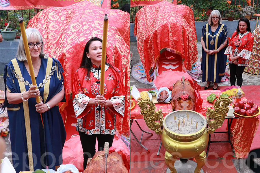 澳洲維多利亞州本迪戈市市長Margaret O'Rourke(藍衣者)和金龍博物館館長Anita Jack(紅衣者)親臨香港,迎接「大金龍」。(陳仲明/大紀元)