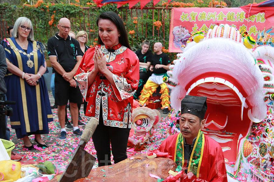 澳洲金龍博物館館長Anita Jack(中)讚嘆香港的紮作工藝,十分欣賞這條全新紮作的大金龍。(陳仲明/大紀元)