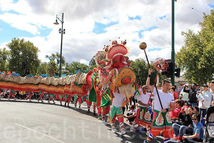 逾四十年歷史的「新龍」,是本迪戈市一年一度復活節慶典遊行的壓軸好戲,也是本迪戈市的文化象徵。圖為「新龍」參與2013年3月31日舉行的復活節慶典。(陳明/大紀元)