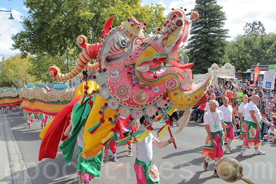 2015年4月5日,澳洲維多利亞州本迪戈市舉行的復活節慶典中,「新龍」參與大型舞龍表演。(陳明/大紀元)