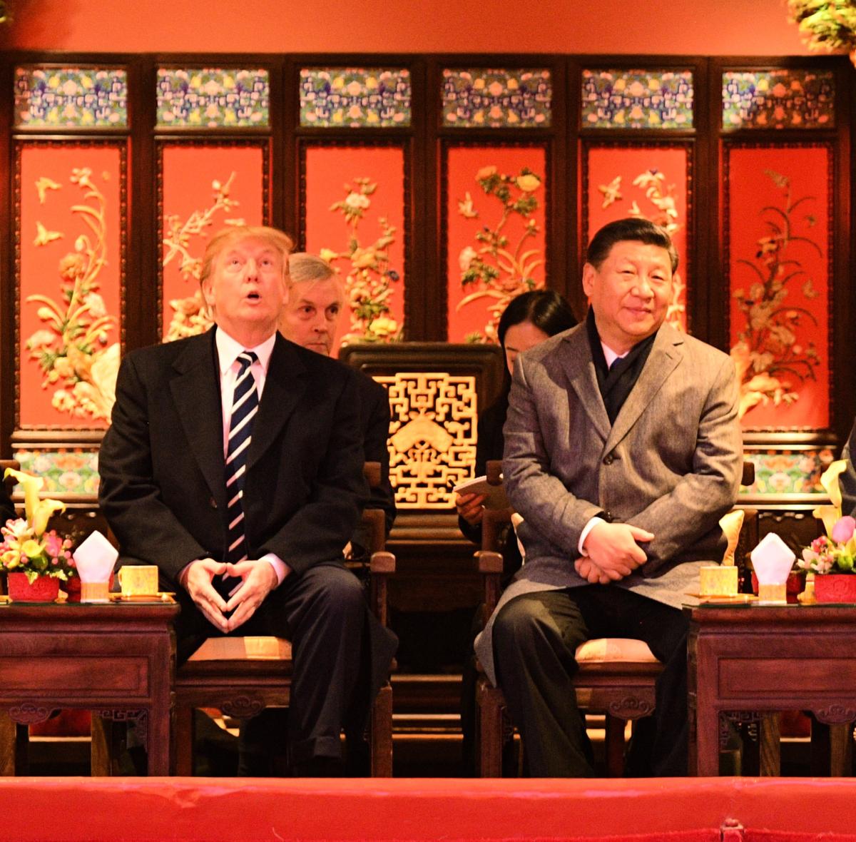 特朗普和習近平的兩輪宮殿會談已經結束,他們還有未竟之事業一樁有待完成。圖為特朗普與習近平在北京故宮。(Getty Images)