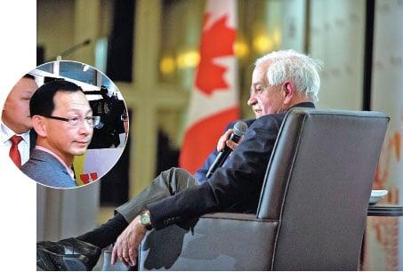 小圖: 2014年10月1日,曲濤(中)出現在多倫多教育局總部大樓。(周月諦/大紀元) 大圖:加拿大前駐華大使麥家廉(John Mc Callum)。(AFP)