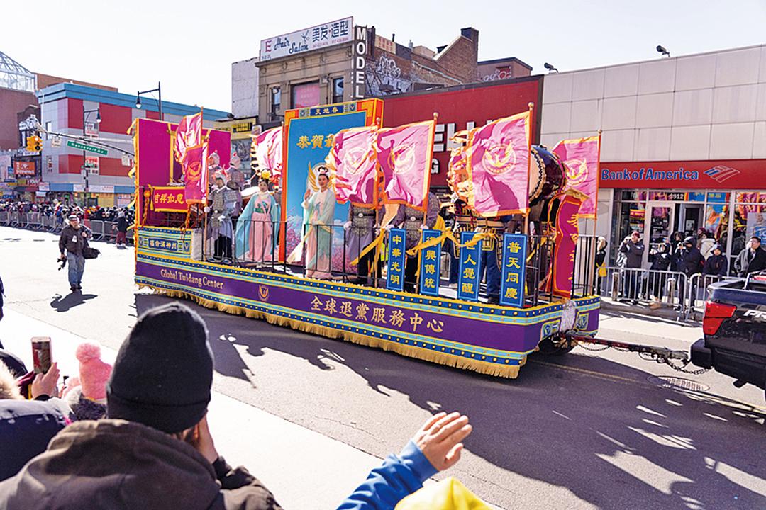 易蓉表示,今年花車以百鳥之王金鳳凰為主題,花車四周掛著「世人覺醒」、「普天同慶」等字樣的條幅。(大紀元)