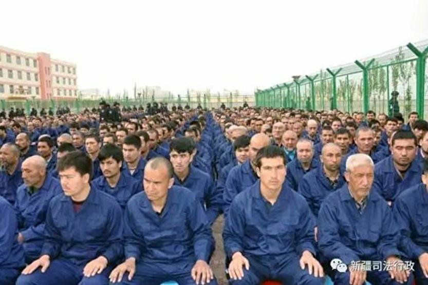 超過100萬的維吾爾人及其他少數民族成員被關押在再教育營,圖為被關押的維吾爾人。(新疆司法行政微博)